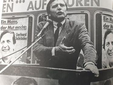 1986년 니더작센주 총리 후보 선거전을 치르는 젊은 슈뢰더.