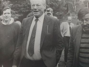 슈뢰더를 지지하는 예술가와 지식인들. 전 총리 빌리 브란트(가운데)와 작가 귄터 그라스(오른쪽)