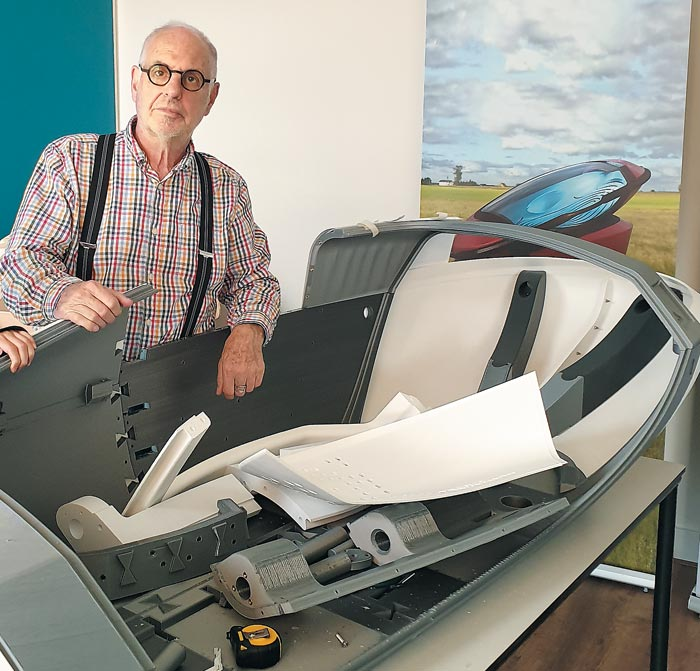 '닥터 데스'라 불리는 필립 니슈케 박사가 자신의 연구실에서 제작 중인 안락사 기계 옆에 서 있다.