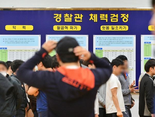 경찰공무원 채용 체력시험장의 모습. 응시자들이 줄을 서서 대기하고 있다. /조선DB