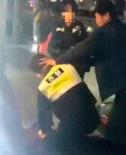 경찰과 취객들의 몸싸움 모습. /온라인 커뮤니티 캡쳐