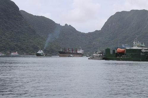 2019년 5월 11일 북한 화물선 와이즈 어니스트(가운데)가 미국령 사모아 수도 파고파고 항에 들어오고 있는 모습. /AP 연합뉴스