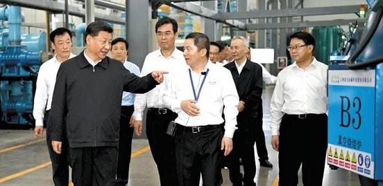 시진핑(앞줄 왼쪽) 중국 국가주석이 20일 장시성의 희토류 생산업체 진리(金力)를 시찰하고 있다. 미중 무역협상의 중국 수석대표 류허(뒤쪽 검은 상의) 부총리가 동행했다. /신화 연합뉴스