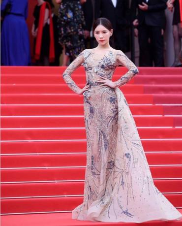 중국 여배우 시염비가 칸 영화제 레드카펫에서 포즈를 취하고 있는 모습. /스트레이츠 타임즈