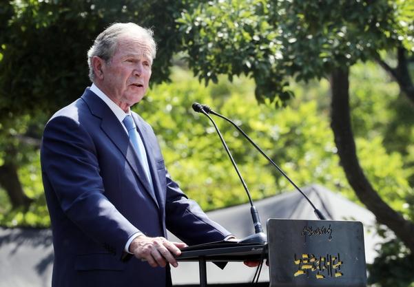 부시 전 미국 대통령이 23일 오후 경남 김해 봉하마을에서 노무현 전 대통령 서거 10주기 추도사를 하고 있다. /연합뉴스