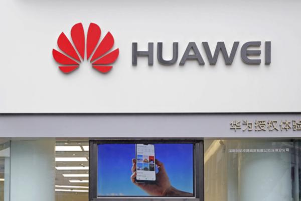 중국 광둥성에 있는 화웨이 매장. 미 상무부가 화웨이를 거래 제한 기업 명단에 올리면서 구글, 인텔, 퀄컴에 이어 영국 반도체 설계회사인 ARM까지 주요 기업들의 거래 중단 발표가 잇따르고 있다. /AP연합뉴스