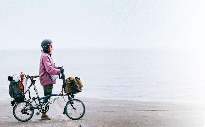 접이식 자전거를 타고 전국 방방곡곡에서 자전거 캠핑을 하는 이수현 작가.