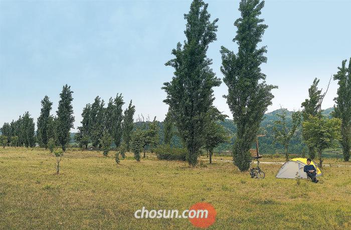 지난 17일 금요일 오후 느지막이 경기도 여주 강천섬에서 자전거 캠핑 중인 최훈씨.