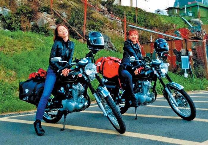 오토바이크를 이용해 모토캠핑을 즐기기도 하는 박세련(사진 오른쪽)씨.