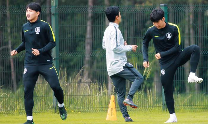 이강인과 훈련하는 조영욱 - 2019 U-20(20세 이하) 월드컵에 출전한 한국 남자 대표팀 선수들이 24일(현지 시각) 폴란드 비엘스코비아와 훈련장에서 공개 훈련을 하고 있다. 유일한 2회 연속 출전 선수인 조영욱(왼쪽)은 이강인(오른쪽)과 함께 승리를 다짐했다. 한국은 25일 오후 10시 30분 포르투갈과 조별리그 1차전에서 맞붙는다.