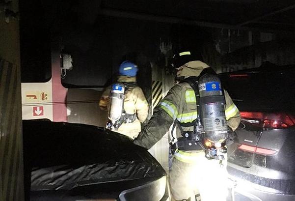 지난 22일 오후 불이 꺼진 수출 차량 이송용 선박 내부를 소방대원들이 살피고 있다. /연합뉴스
