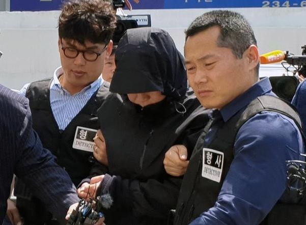 24일 오전 광주 동구 광주지법에서 부동산 업자 납치·살인 사건에 일부 가담한 혐의(감금 등)를 받고 있는 국제PJ파 부두목의 친동생 조모(58)씨가 영장실질심사를 받기 위해 출석하고 있다. /연합뉴스