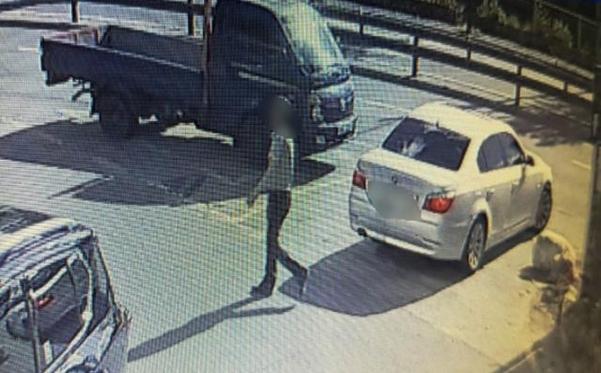 지난 21일 50대 부동산업자 납치·살인 사건의 용의자가 경기 양평의 한 주차장에 용의차량을 주차 후 걸어가고 있다. /경기북부지방경찰청 제공