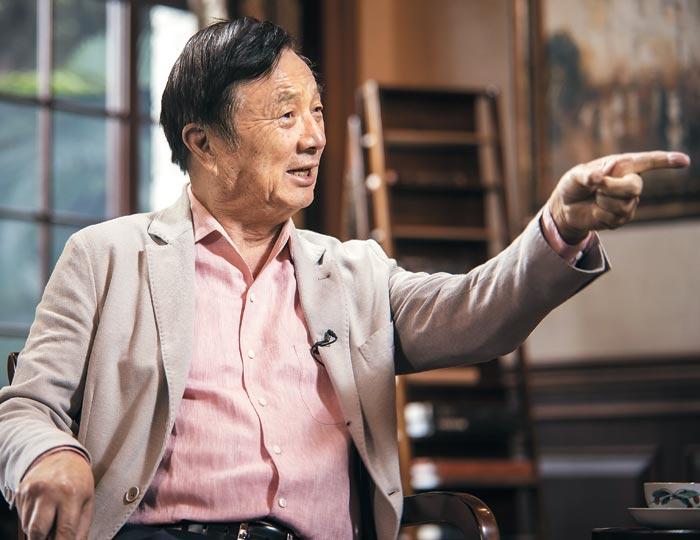 24일 화웨이 창업자 런정페이 회장이 중국 선전시에 있는 화웨이 본사에서 외신과 인터뷰하고 있는 모습.