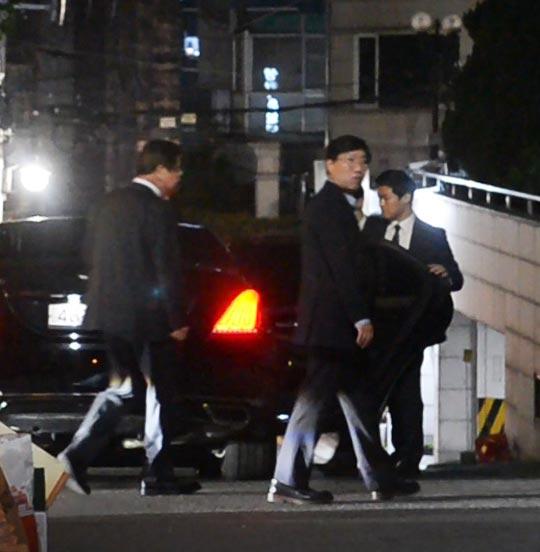 서훈(왼쪽) 국정원장과 양정철(가운데) 민주연구원장이 지난 21일 서울 강남의 한정식집에서 4시간 넘게 저녁식사를 한 뒤 나오고 있다.