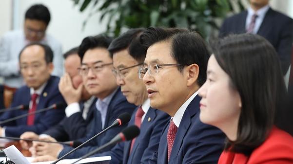 황교안 자유한국당 대표가 28일 오전 국회에서 열린 주요당직자 회의에서 발언하고 있다./뉴시스