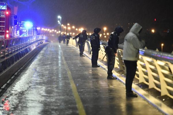 헝가리 부다페스트 다뉴브강을 횡단하는 다리에서 경찰과 소방관들이 실종자를 찾기위한 수색작업을 벌이고 있다. 헝가리 국영방송에 따르면 폭우 등 악천후로 인해 수색 작업에 어려움을 겪고 있다./연합·EPA