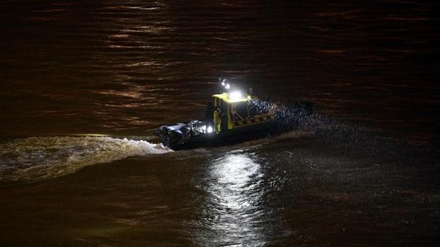 29일(현지시각) 밤 헝가리 관계 당국이 침몰한 유람선에 타고 있던 탑승객들을 수색하고 있다./ EPA 연합뉴스
