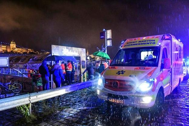 29일(현지시각) 밤 헝가리 부다페스트 다뉴브강에서 한국인 관광객 33명이 탑승한 유람선이 침몰하자 헝가리 관계 당국이 수백명을 투입해 구조작업을 펼치고 있다. /AFP 연합뉴스