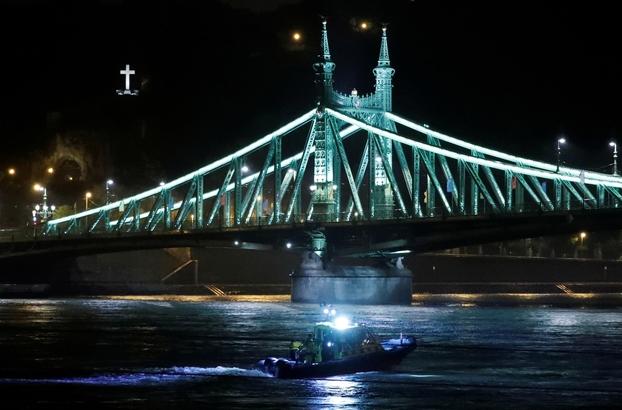 헝가리 부다페스트 다뉴브강에서 한국인 관광객 33명이 탑승한 유람선이 침몰해 헝가리 관계 당국이 수색 작업을 벌이고 있다./ 로이터 연합뉴스