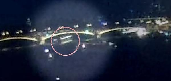 허블레아니호를 뒤따르던 대형 선박은 마르기트 다리 밑에서 방향을 급하게 오른쪽으로 틀었다. /이도캡 홈페이지 캡처