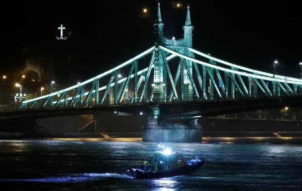 헝가리 유람선 침몰에 구조보트가 수색을 하고 있다./ 로이터