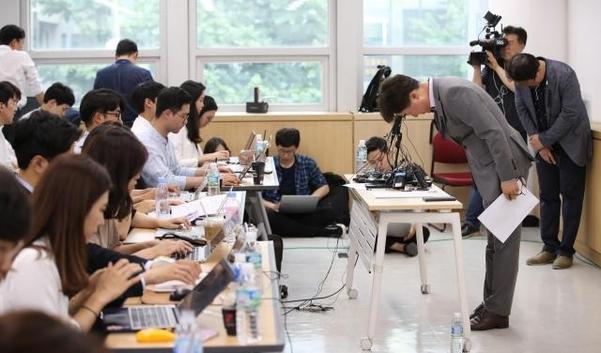 30일 오후 서울 중구 참좋은여행사에서 이상무 전무이사가 취재진에게 사고 관련 사항을 브리핑하고 고개 숙여 인사하고 있다. /연합뉴스