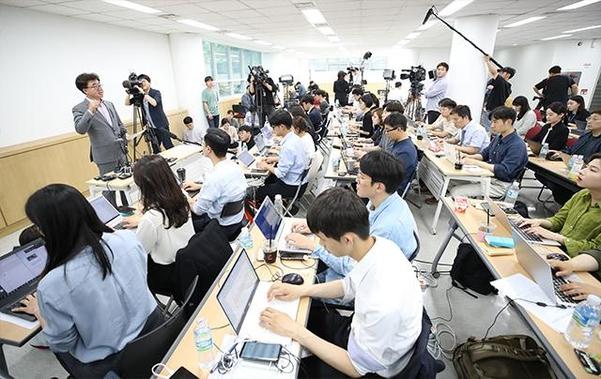 30일 오후 서울 중구 참좋은여행사에서 이상무 전무이사가 취재진에게 사고 관련 사항을 브리핑하고 있다. /연합뉴스