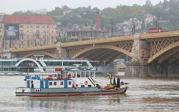 30일 오전(현지시각) 헝가리 부다페스트 다뉴브강에서 구조·수색 작업이 이어지고 있다 /연합뉴스
