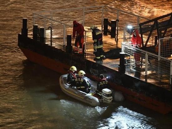 헝가리 부다페스트 다뉴브강에서 2019년 5월 29일 한국인 33명과 현지 승무원 2명이 탑승한 유람선이 침몰하는 사고가 발생했다. 현지 구조대원이 실종자 수색을 벌이고 있다. /연합뉴스 EPA