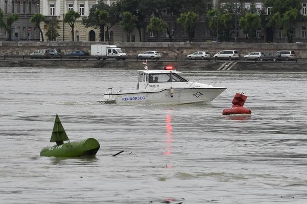 헝가리 부다페스트 다뉴브강에서 한국인 33명이 탑승한 유람선이 침몰하는 사고가 발생했다. 헝가리의 구조 선박이 다뉴브강에서 수색작업을 펼치고 있다./AP·연합뉴스