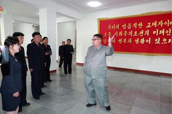 김정은 북한 국무위원장이 자강도 배움의 천리길 학생소년궁전을 현지지도했다고 조선중앙TV가 1일 보도했다. /연합뉴스