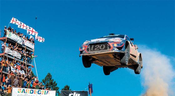 현대자동차 월드랠리팀 경주차가 지난해 6월 이탈리아 사르데냐에서 열린 '2018 월드랠리챔피언십(WRC)' 7차 대회에서 레이스를 펼치고 있다. 현대차는 지난해 처음 출전한 WTCR(월드 투어링 카 레이싱)에서 고성능 레이싱카 i30N TCR로 종합 우승을 차지했고, 올해는 WRC에서 종합 우승이 유력하다.