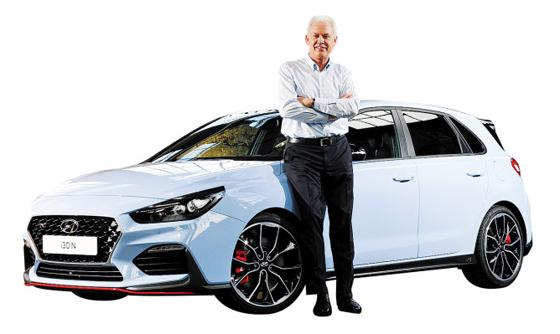 알버트 비어만 현대차 사장이 고성능차 i30N 앞에서 포즈를 취했다. BMW에서 31년간 고성능 브랜드 M 기술 개발을 책임지던 비어만은 2015년 현대차로 이직해 고성능 브랜드 N을 만들었다.