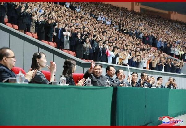 북한 조선중앙통신은 김정은(왼쪽에서 네번째) 국무위원장이 집단체조를 관람했다고 보도했다. 두달여동안 공개활동이 없었던 김정은의 여동생 김여정(왼쪽에서 두번째)도 연단에서 확인됐다./조선중앙통신