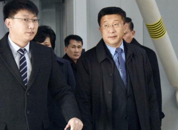 김혁철(오른쪽) 북한 국무위원회 대미특별대표가 2019년 2월 19일 중국 베이징 서우두 국제공항에 도착하고 있다. /연합뉴스