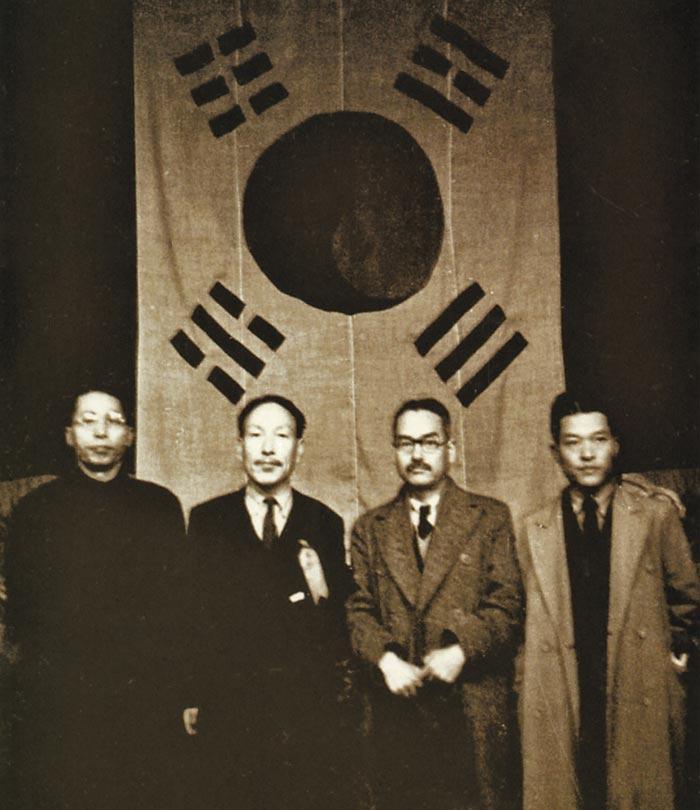 중경에서 열린 1941년 3·1절 기념식에 참석한 김원봉(오른쪽 끝)이 김구·조소앙·신익희(왼쪽부터) 등 임정 요인들과 자리를 함께했다