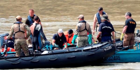2019년 6월 4일 오후 다뉴브강 유람선 침몰 사고 지점인 헝가리 다뉴브강 머르기트 다리 인근에서 한국과 헝가리 수색팀 대원들이 희생자 수습을 하고 있다. /연합뉴스
