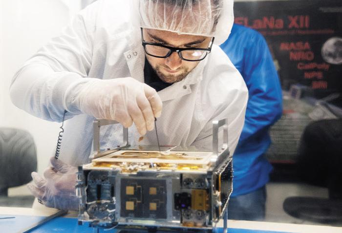 미 항공우주국(NASA) 제트추진연구소(JPL)의 한 엔지니어가 지난해 3월 화성 탐사에 사용된 큐브샛(초소형 위성) '마르코(MarCO·Mars Cube One)'를 점검하고 있다. 서류 가방 크기인 마르코는 지난해 화성 탐사선 인사이트의 화성 착륙을 처음으로 실시간으로 중계하는 데 성공했다.