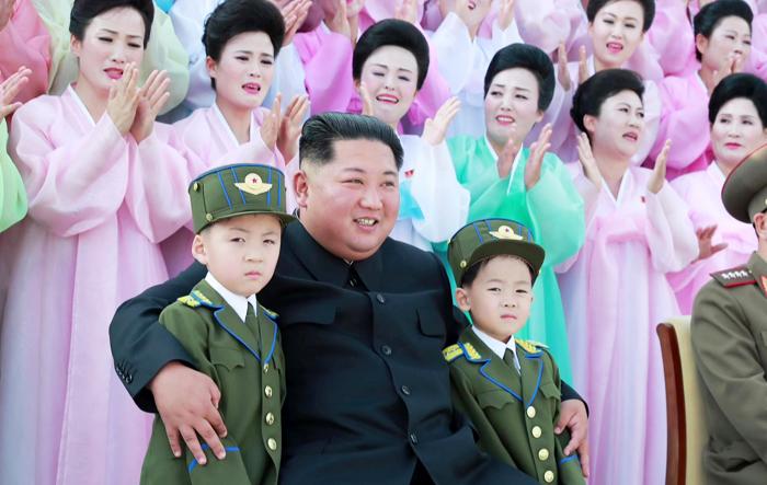 김정은, 군인가족과 기념 촬영 - 김정은 북한 국무위원장이 지난 4일 인민무력성에서 군복 차림의 어린이, 한복 차림의 여성들과 기념 촬영을 하고 있다. 이들은 지난 2일 열린 '조선인민군 제2기 제7차 군인 가족 예술소조 경연'의 입상자들이다.