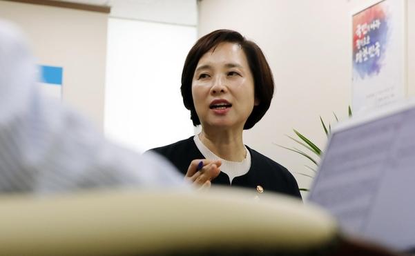 유은혜 사회부총리 겸 교육부 장관이 5일 정부서울청사에서 연합뉴스와 인터뷰를 하고 있다./연합뉴스