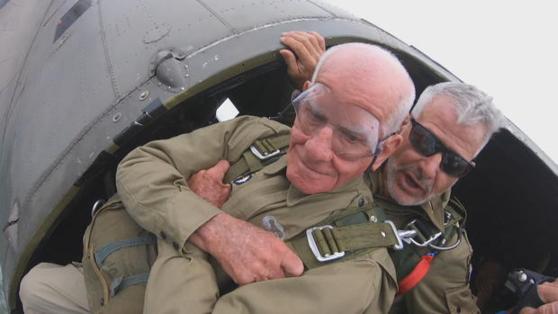 제2차 세계대전 당시 1944년 6월 6월 연합군의 작전인 '디데이'에 투입됐던 퇴역군인 톰 라이스(97)가 2019년 6월 6일 노르망디 상륙 작전 75주년을 기념한 낙하산 강하 퍼포먼스에 참여하고 있다. /CBS