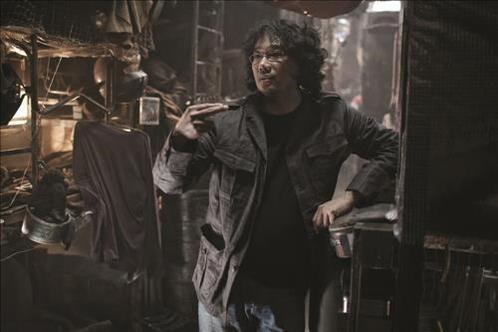 글로벌 프로젝트 '설국열차'에서 배우들에게 연기를 설명하고 있는 봉준호.