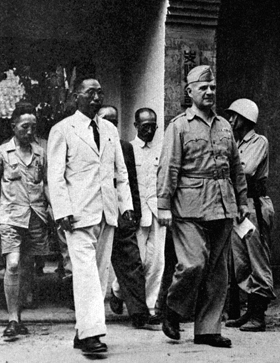 美·김구 '한반도 침투작전' 회의 - 1945년 8월 광복군과 미군의 국내 침투 작전 회의 후, 김구 주석과 미 전략정보국 도너번 장군이 회의장을 나서고 있다. 두 사람 가운데 이범석(흰옷) 광복군 제2지대장.