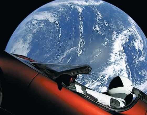 로켓 상단에 실린 전기차 '테슬라 로드스터'를 비디오 카메라로 촬영한 모습. 운전석에는 우주복을 입은 마네킹 '스타맨(starman)'이 앉아있다.