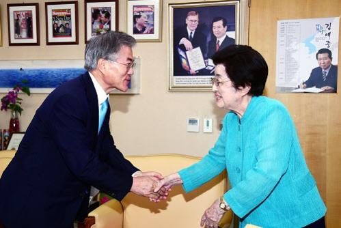 2015년 6월 5일 문재인 대통령(당시 새정치민주연합 대표)이 서울 마포구 동교동 고(故) 김대중 대통령 사저를 방문해 이희호 여사와 인사를 하고 있다. /뉴시스