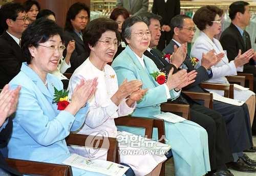 지난 2001년 5월 4일 영부인 이희호 여사가 당시 여성부 장관이었던 한명숙 전 총리와 '한국여성기금 캠페인 발대식'에 참석한 모습. /연합뉴스 자료사진