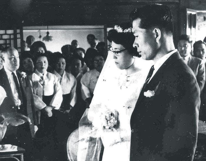 김대중 전 대통령과 이희호 여사가 1962년 5월 10일 서울 종로구 체부동의 이 여사 외삼촌댁에서 결혼식을 올리고 있다.