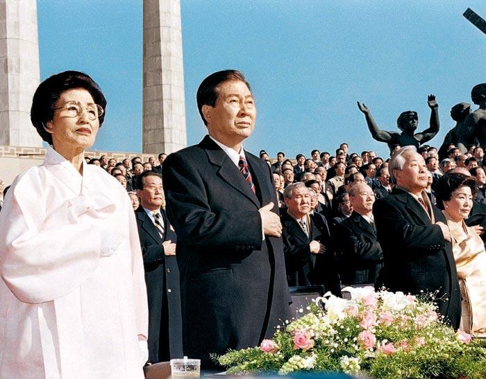 김대중 전 대통령과 이희호 여사가 지난 1998년 2월 25일 서울 여의도 국회에서 열린 제15대 대통령 취임식에서 국민의례를 하고 있다.