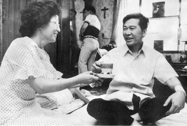 지난 1993년 8월 12일 김대중 전 대통령이 자택에서 이희호 여사와 담소를 나누고 있다/연합뉴스